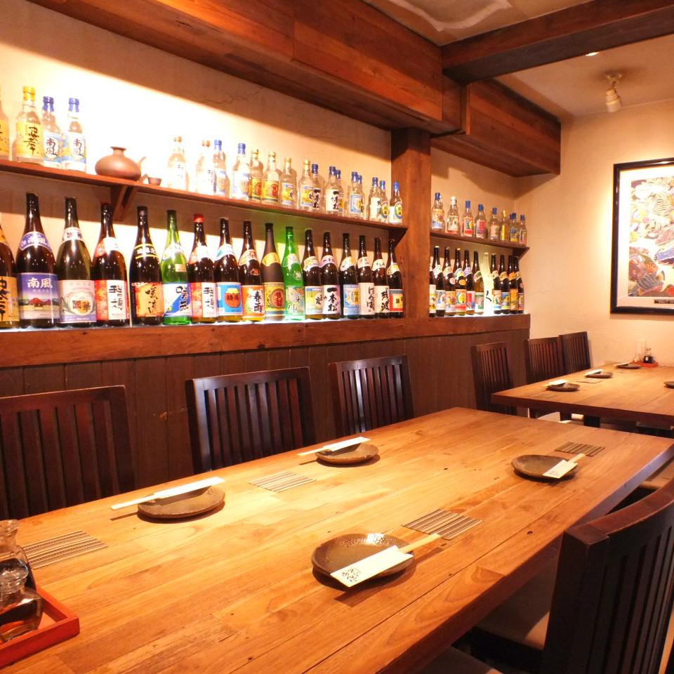 還有一個大桌子座位♪泡盛酒在牆上被五顏六色染色。請用它作為背景來感受沖繩!