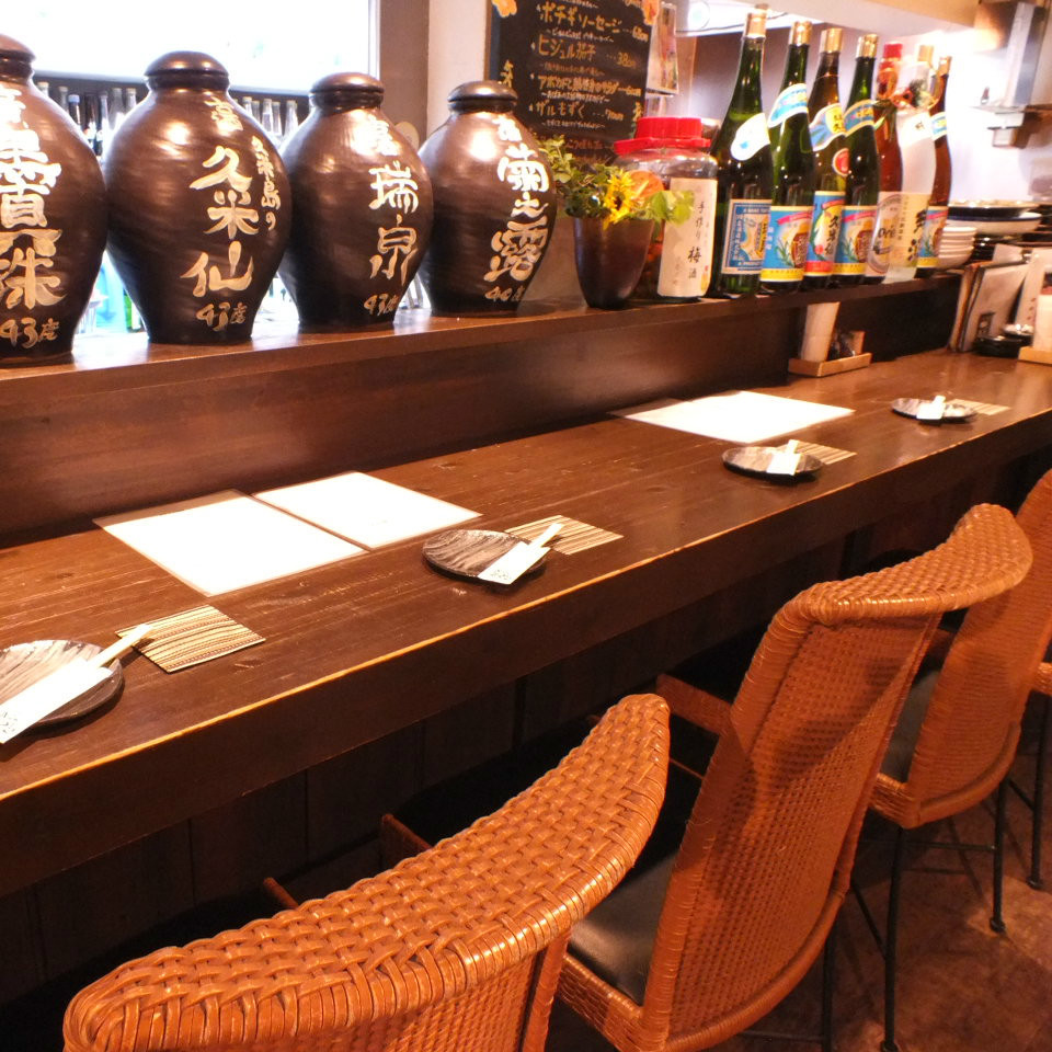 【2F】古酒が目の前にあるカウンター席は沖縄ムード満点!シーンに合わせてご活用ください。