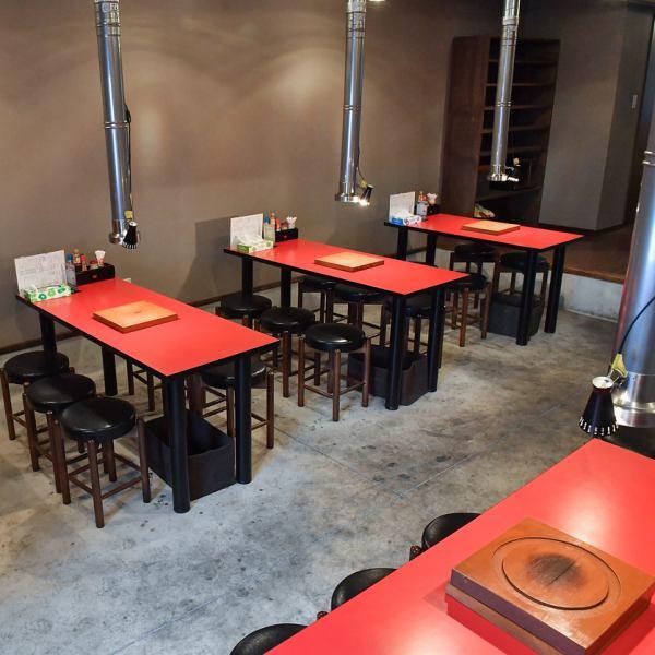 店内テーブル6人様用が9卓をご用意。焼肉は備長炭を使い七輪で焼くスタイルです♪広々とした空間でご家族や女子会、お仕事帰りなど様々なシーンでご利用いただけます!ご来店お持ちしております。