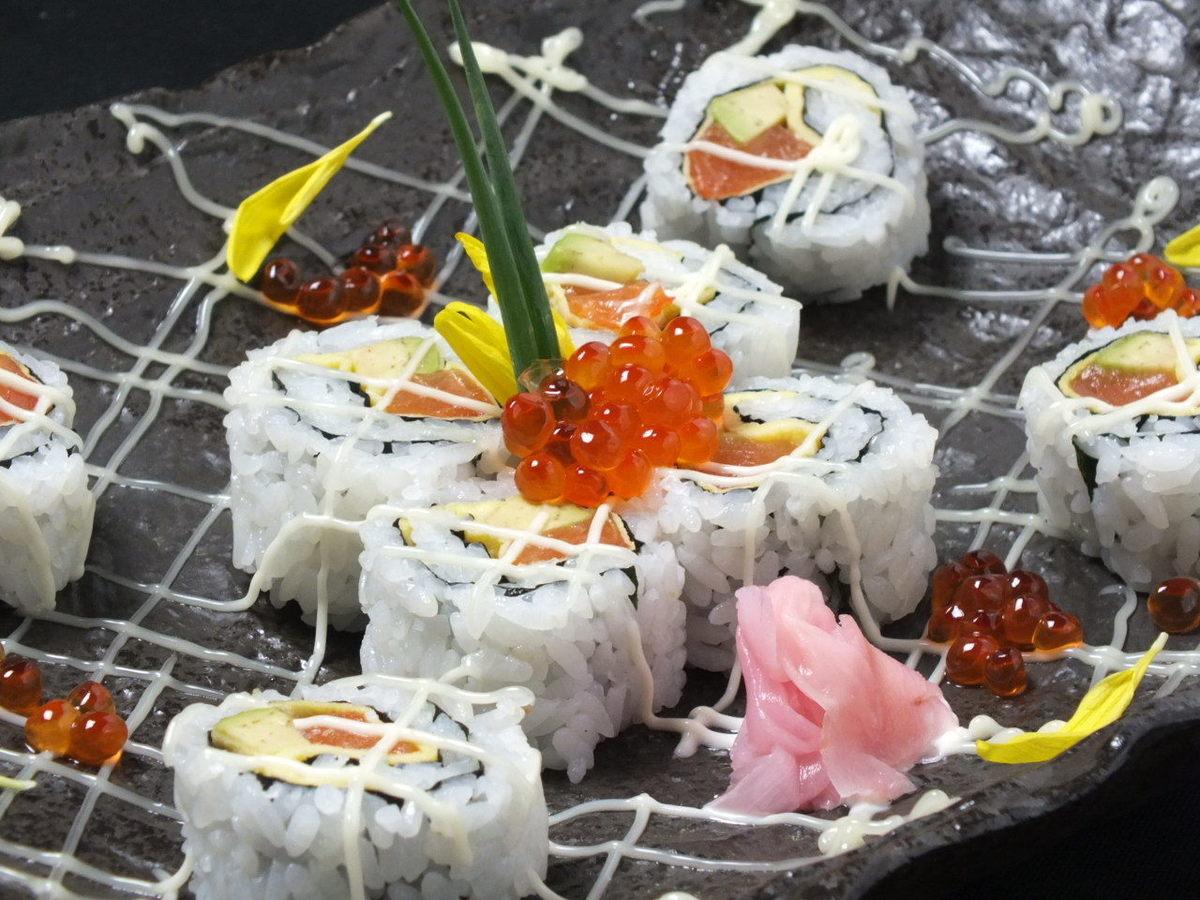 三文魚和鱷梨壽司
