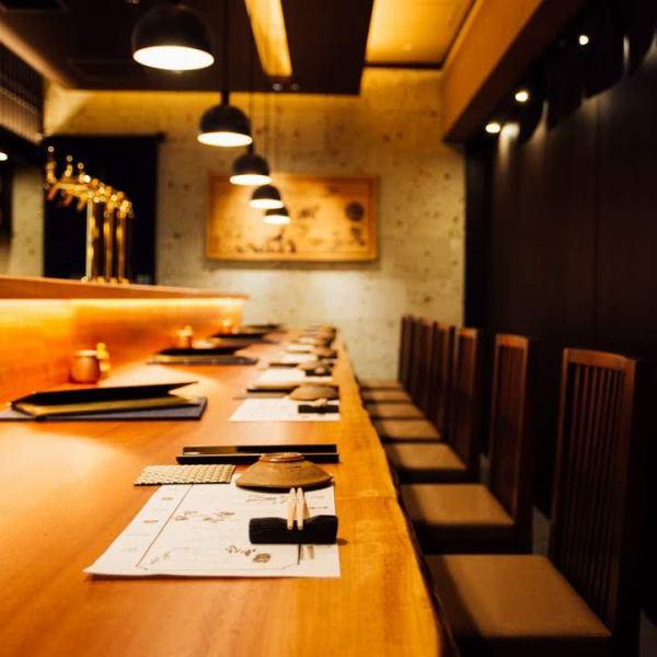 店内入ってすぐの場所にはカウンター席もございます。上品でありながらモダンな雰囲気を感じさせる、和モダンな設い。専用冷蔵庫やクーラーには多彩な日本酒が並びます。お食事利用だけでなく、日本酒バー感覚でカジュアルにお使いいただける点でも人気のお席です。