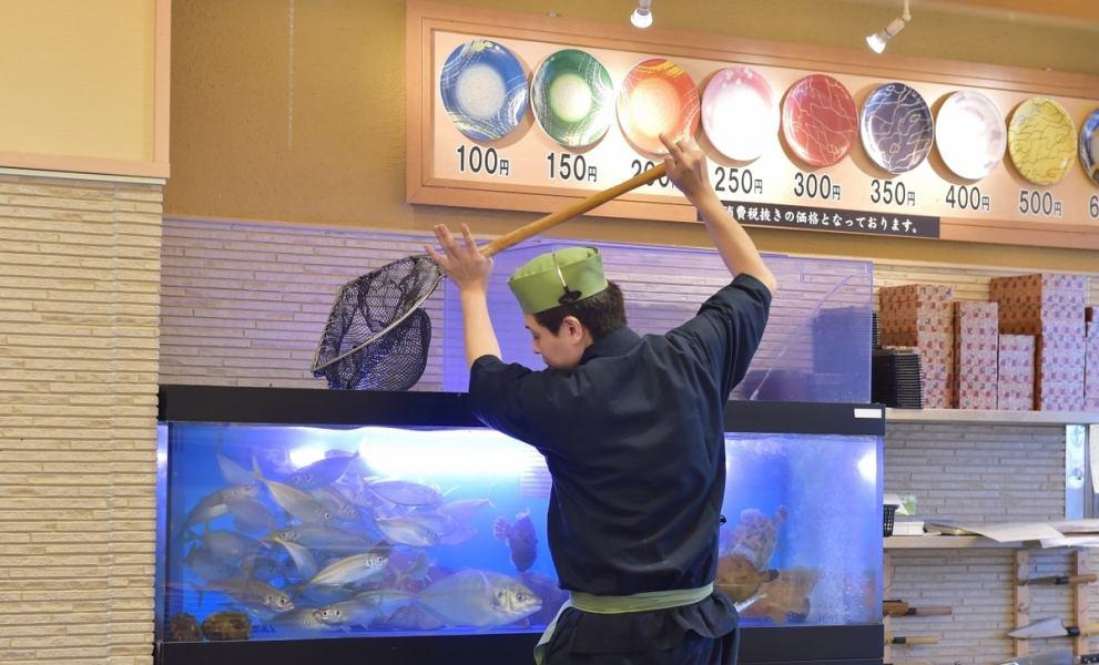"""히메지 역에서 가장 가까운 회전 초밥 """"리키 마루""""카운터 너머로 보이는 수조에는 일본 전국에서 들여온 제철 생선 가득!"""