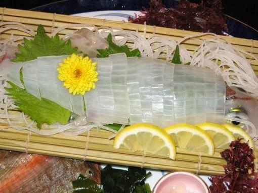 오징어 사시미 1 마리 (가격은 크기에 따라 달라집니다.100g 1050 엔)