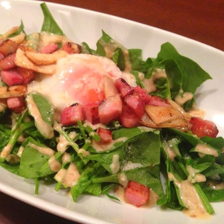カリカリベーコンとほうれん草の温玉サラダ
