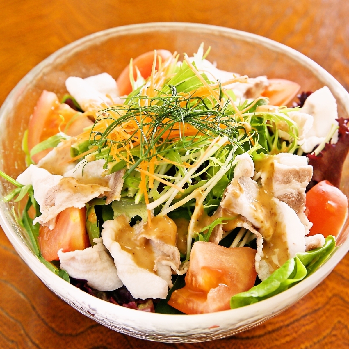 Yanbare岛猪的冷涮沙拉