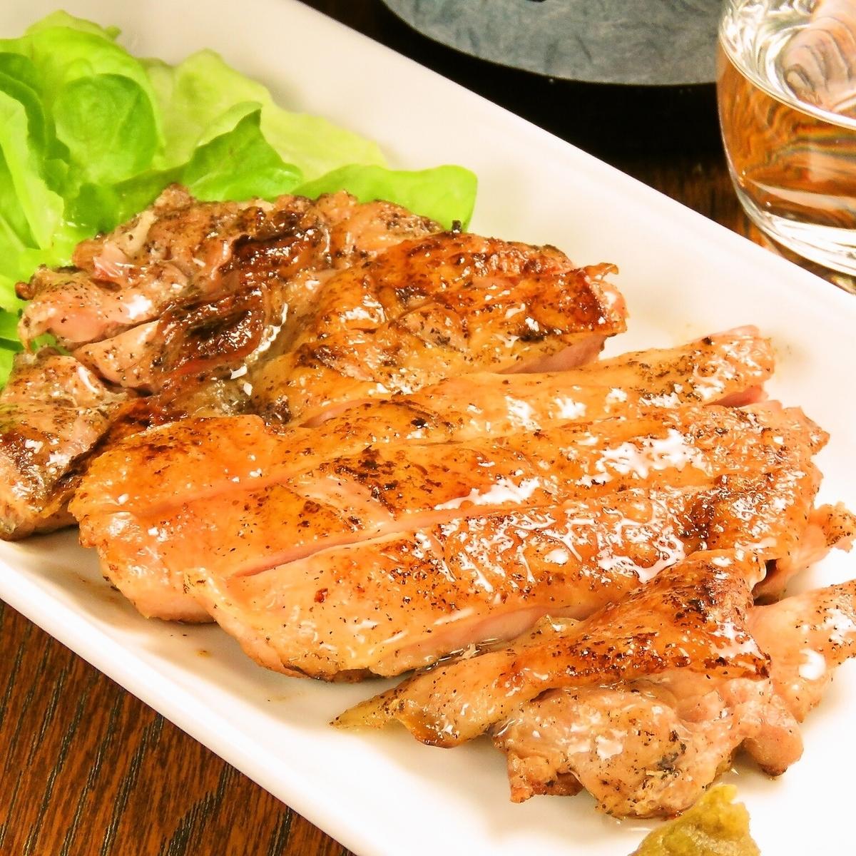 来自冲绳县的Yanbare幼鸡的木炭烧烤