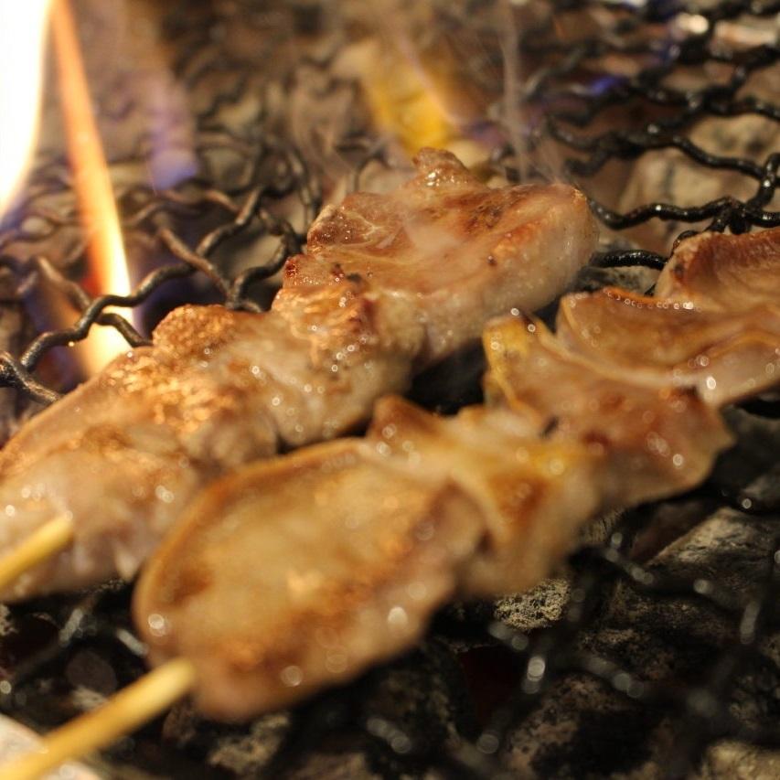 흑돼지 탄 꼬치 (소금, 양념, 후추)