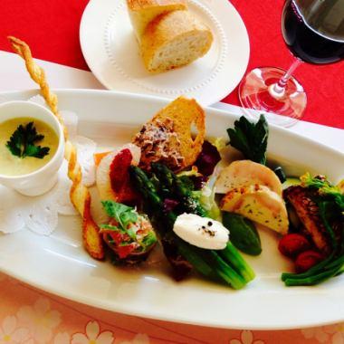可根據客戶在午餐時間的晚餐套餐預訂。