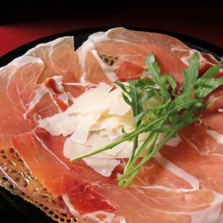 お皿いっぱいのイタリア産生ハムパルミジャーノとルッコラ添え