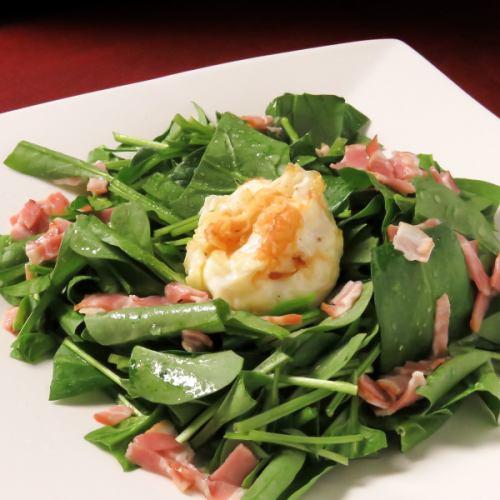 ベーコンとゴートチーズと揚げ玉子のホウレン草サラダ