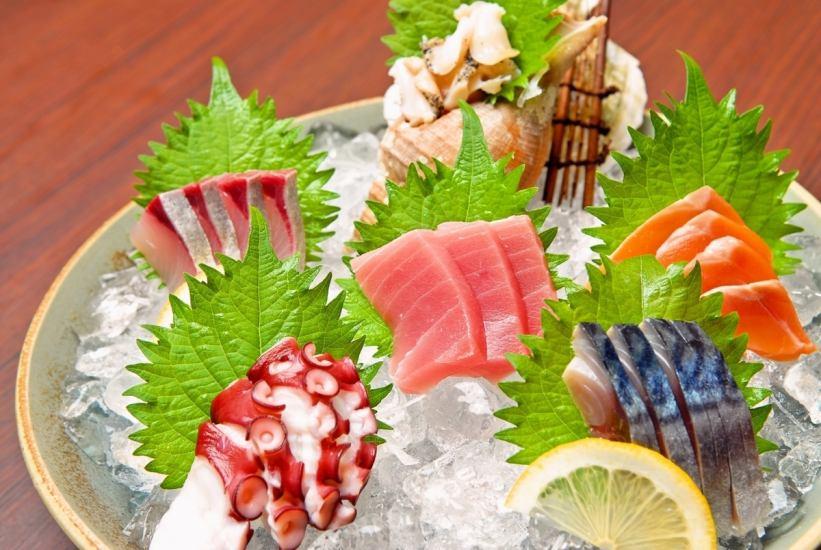 お酒に合わせて最高の贅沢♪新鮮な旬のお刺身を味わって。