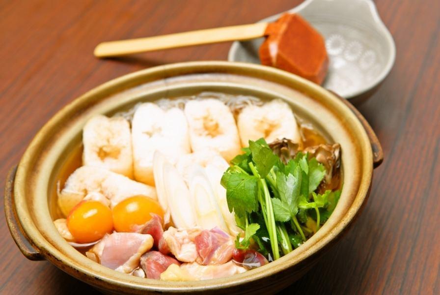 郷土料理に乾杯!美味しい出汁が染み込んだ、きりたんぽ鍋が人気。