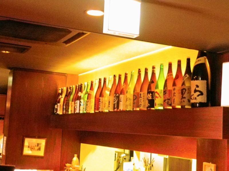 カウンター上を彩る多様なお酒の瓶。種類豊富で飲み放題プランもオススメ。詳しくはお店に問い合わせてみて。