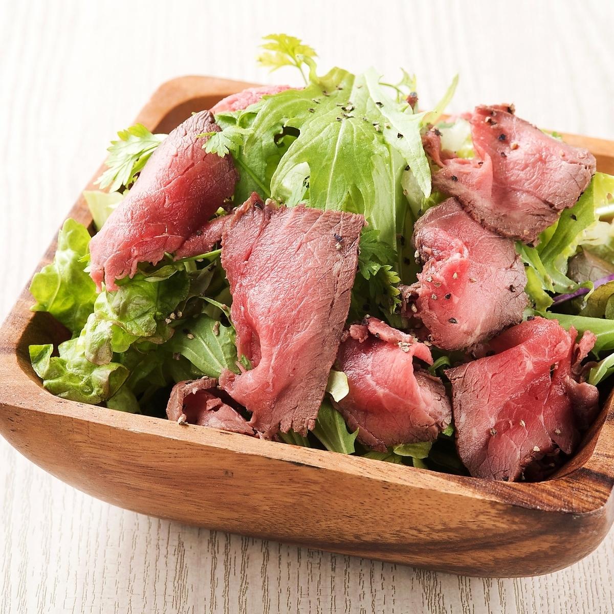 烤牛肉沙拉配黑胡椒味