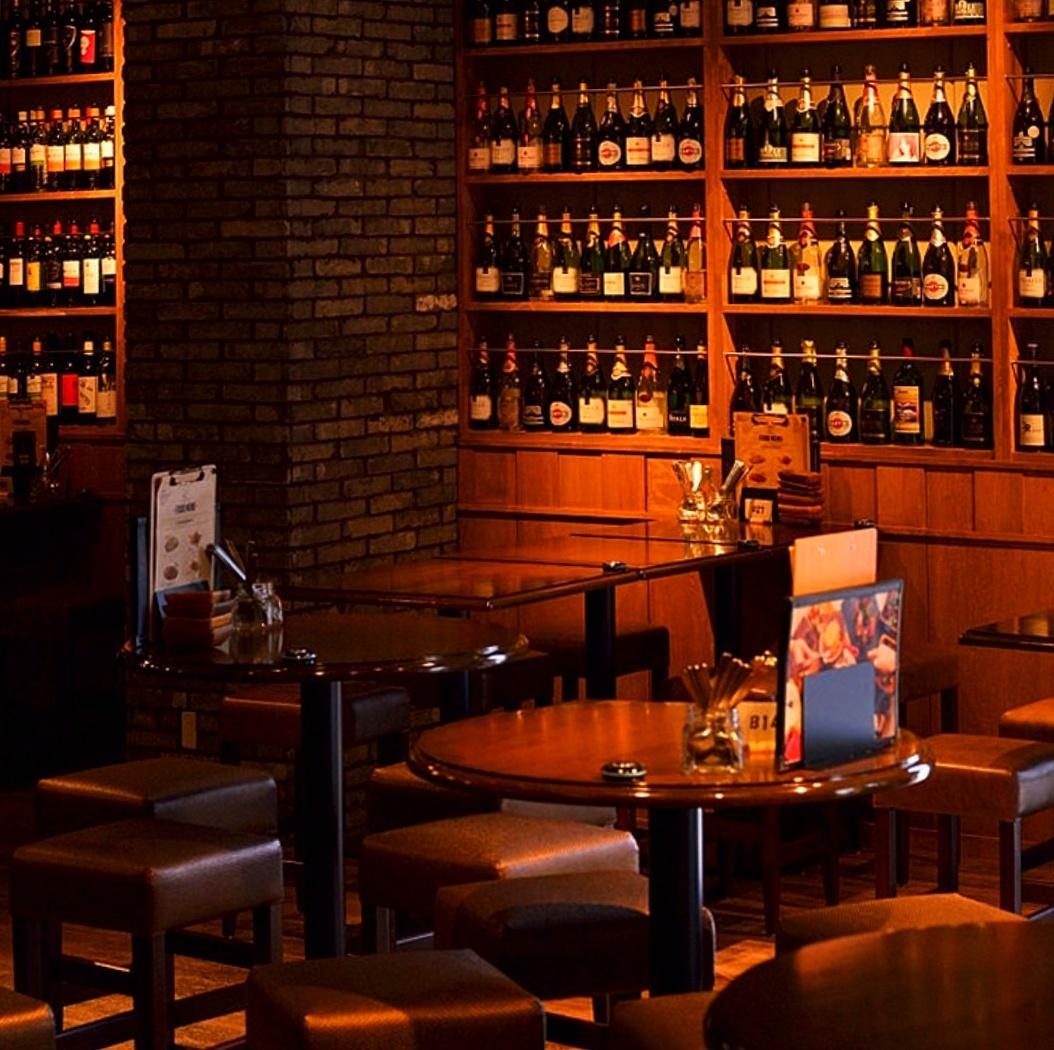 벽 일면에 와인을 임하는 테이블 석 ♪ 2 명 ~ OK ☆ 세련된 공간에서 자랑 치즈 요리와 함께 좋아하는 와인으로 입맛을 ...