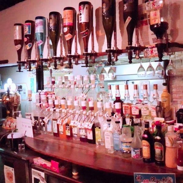 店内には飲み放題のボトルが数多く並べられています。逆さまに吊るされた焼酎・日本酒も飲み放題に含まれております!