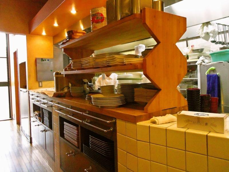 開放感のあるオープンキッチン。清潔感がありシェフが腕を振るう様子も良く見える。店内との一体感が魅力的!