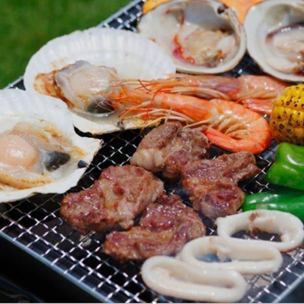 寬敞的草坪感覺舒適的空間。使用當地特色食材享用燒烤和自助餐。