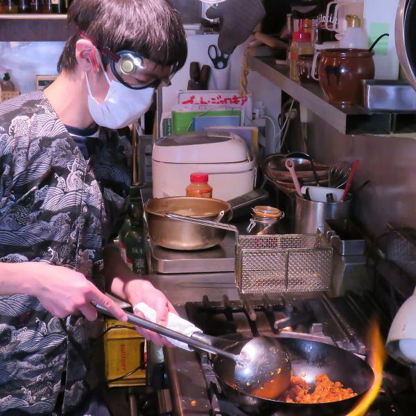 【調理時は防塵マスク&ゴーグルを着用!】辛いもんやギロチンでは激辛唐辛子100本入りの名物ギロチン炒飯≪ゴッド≫を調理する際は防塵マスクとゴーグルを着用して調理しております☆メディアでも話題の激辛・激ウマのギロチン炒飯をぜひご賞味ください☆ゴッド完食者には勝利者リストバンドを贈呈しております♪
