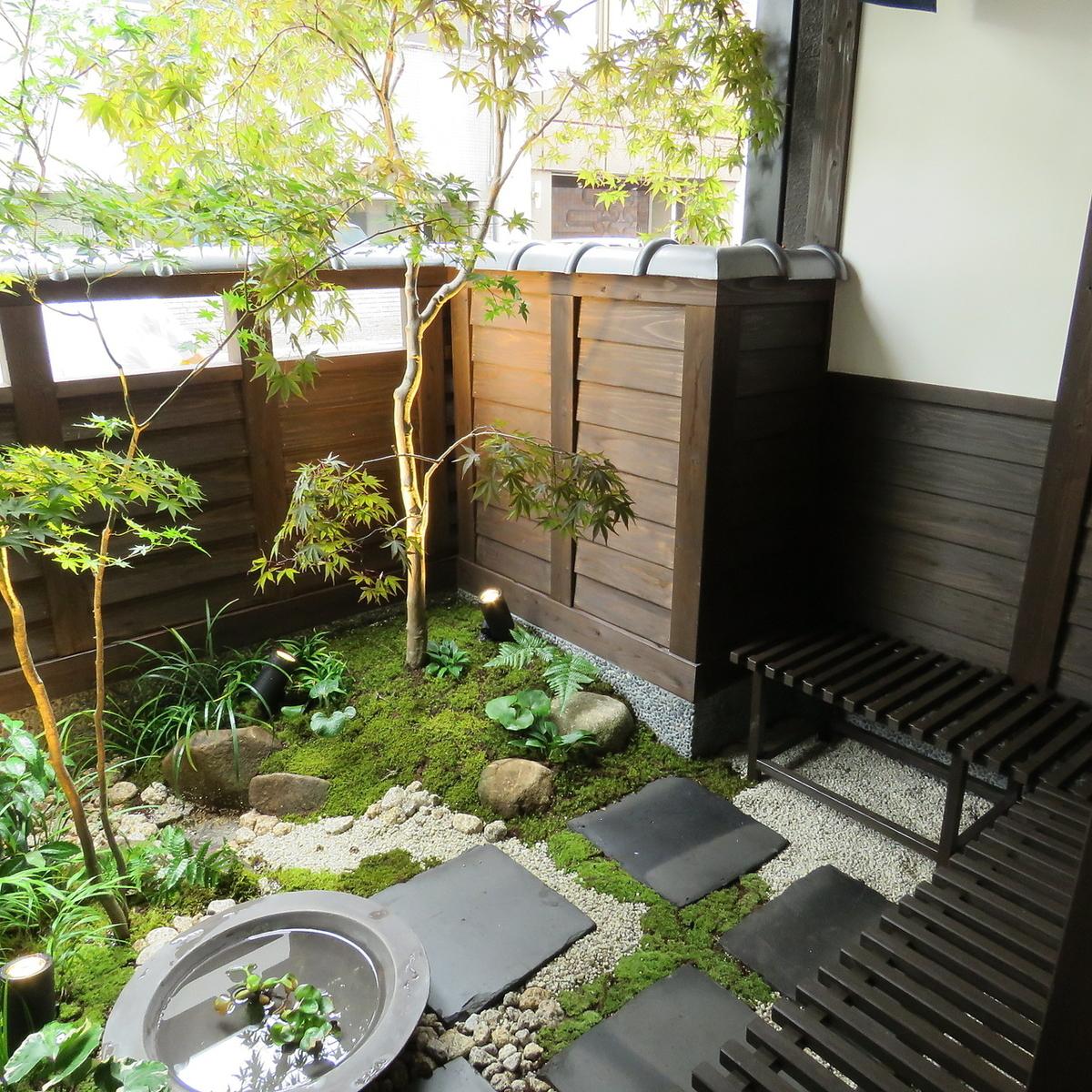 完成したばかりの店内はとてもキレイ!庭園もございます。