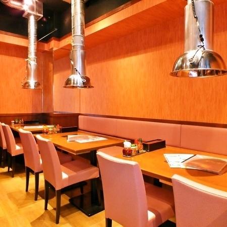 【1階】テーブル席:中国の音楽をBGMに、まるで中国の街角にあるレストランで過ごしているような雰囲気です