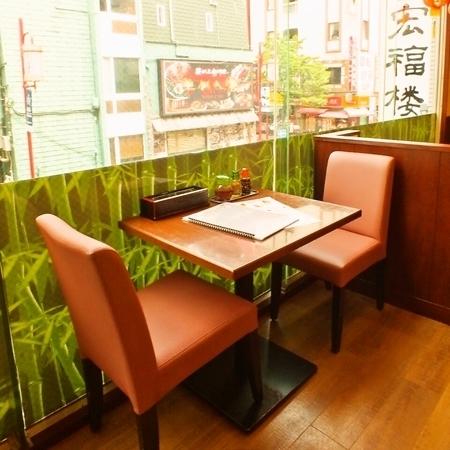 【2階】テーブル席:少人数から大人数まで様々なシーンにも対応可能です。ご家族でもどうぞ♪