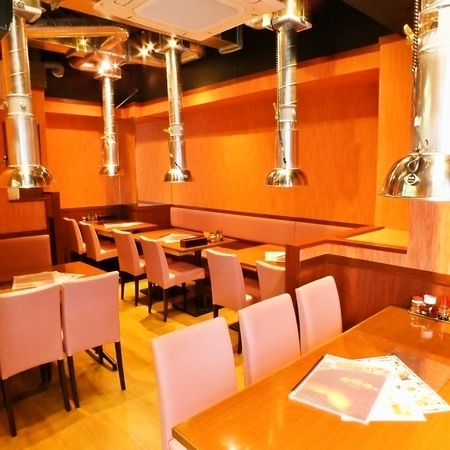 【1階】テーブル席:テーブルが広く使えるので大人数でたくさんの料理を注文しても問題ありません。仲間とワイワイ楽しい時間をご満喫ください