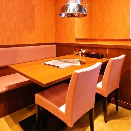 【1階】テーブル席:皆様に楽しいでいただけるように2名様から貸切まで対応致します。ご不明点はお気軽にお問合せください。