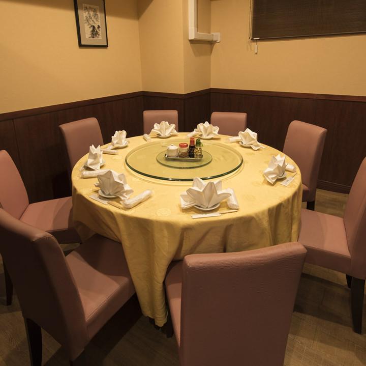 【2階】円卓:中華と言えばやっぱり円卓!完全個室なので周りを気にせずゆったりとお過ごしいただけます。最大10名様まで対応可能な個室で、プライベートな時間をご満喫ください。