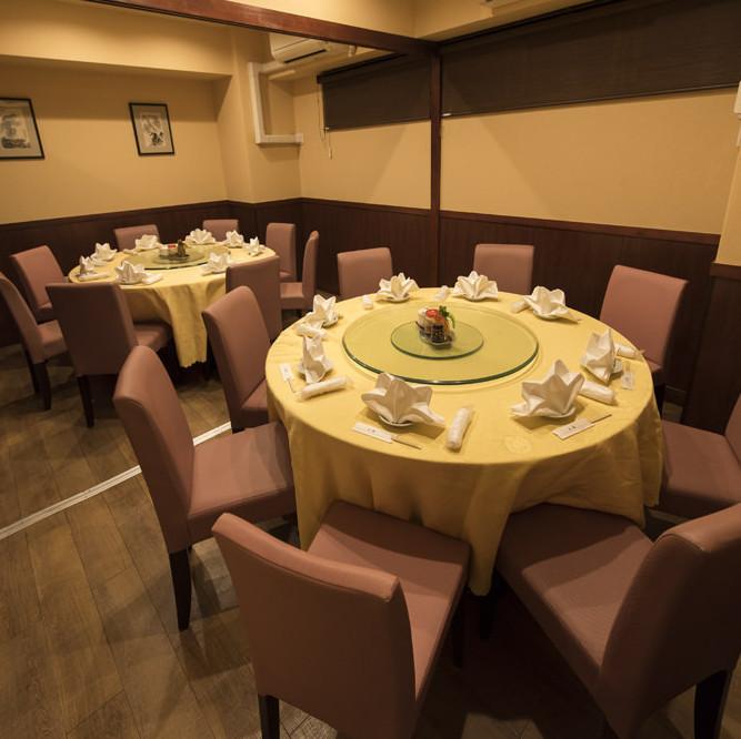 【2階】円卓 2卓あり。1卓ずつ完全個室になります。落ち着いたトーンで設えられた上品な雰囲気が魅力。普段よりもワンランク上のご宴会をお楽しみいただけます。最大で20名様まで対応できるため、大人数での集まりにおすすめです。