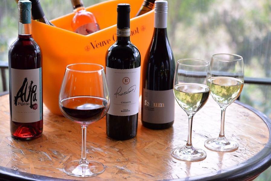ソムリエが厳選したワインがずらりと並ぶワインセラー。  中でも、沖縄ではめずらしくニュージーランド産のワインが豊富に揃う。お料理に合わせて、イベントに合わせて、ご予算に合わせて、ぴったりのワインをセレクトします!!
