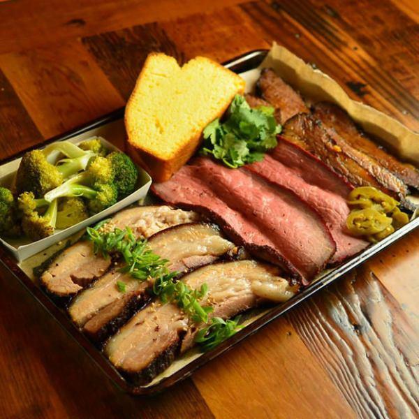 低温でじっくりと焼き上げたアメリカンスモークBBQ。肉を3種選んでシェアをしながら楽しめる3種コンボ