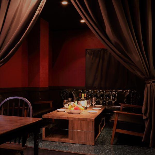 完全配备柔和照明舒适时尚的贵宾沙发座椅。为了方便在浪漫的休闲派对,结婚典礼第2次派对,团聚派对,发布和♪最方便♪对于2人的私人房间,为8人,20人的完整私人房间也可用于日期,周年纪念,出生请在诸如当天的各种情况下使用它。