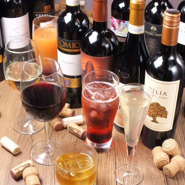 干杯!来自世界各地的波光粼粼的葡萄酒和精选的葡萄酒。自制伏特加蘸姜一壶。