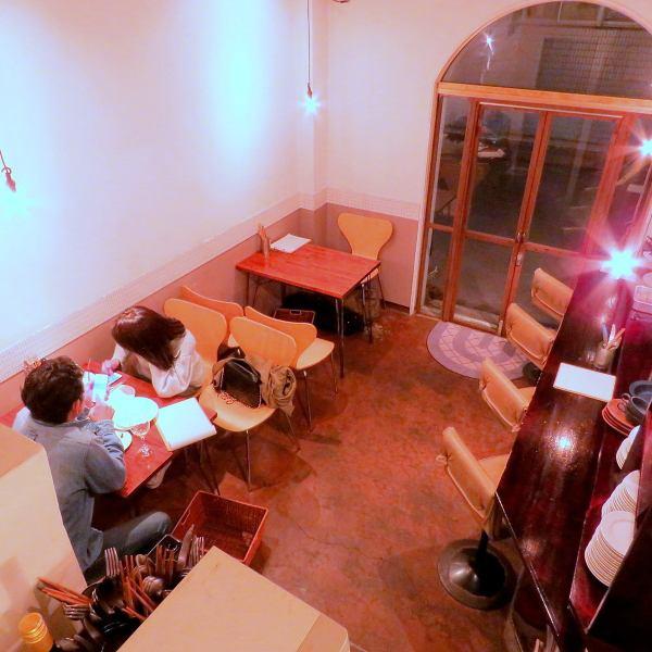 【カウンター・テーブル】気軽に楽しめるカウンター5席・テーブル8席。カップルや友達同士に人気です♪