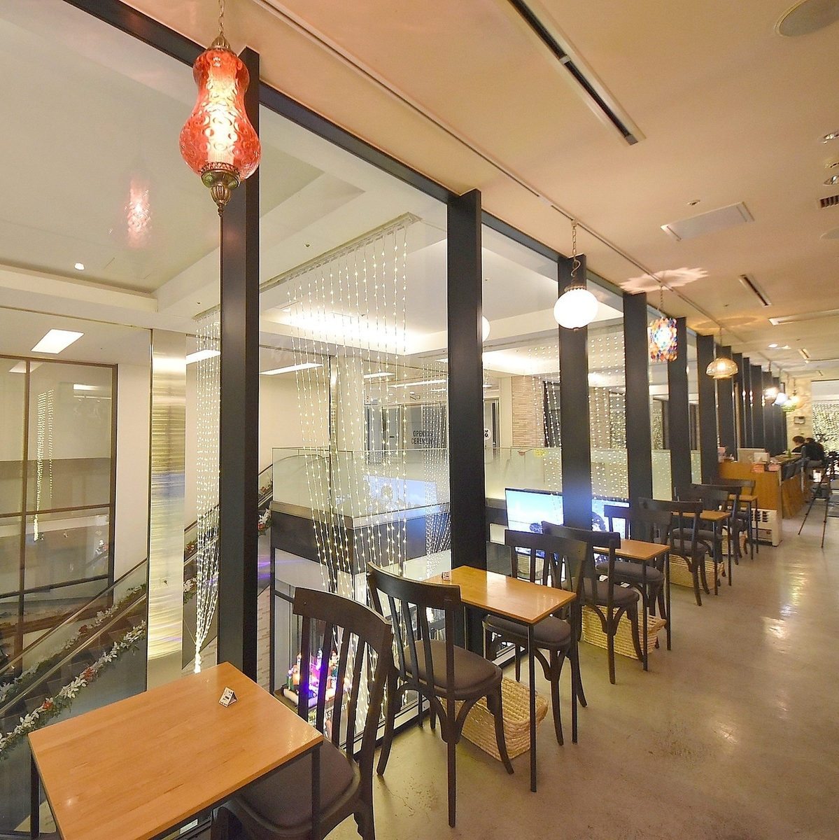 Main floor seat (window side) Please relax in a meeting, date, cafe time!