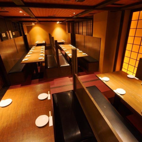 京橋の個室居酒屋「黄金の鱗」は天井高めの広々空間♪幹事様も楽々、安心!テーブル席やお座敷など、人数やシチュエーションに合わせた個室が選べます!シンプル・和風モダンなデザインで、老若男女あらゆる年代層のお客様にきっと満足して頂けます!同窓会や職場の大宴会ならば、60名まで収容可能です!ご予約はお早めに♪