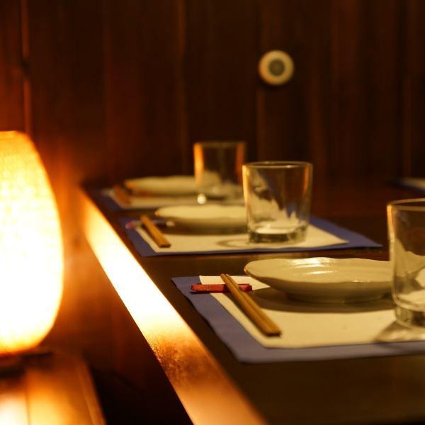 2名様からのテーブル席をご用意!大切な2人だけの上質なプライベートな時間が流れます。優しく灯る照明の明かりと、上品な木目も艶やかな木造りの和風空間で、シックな時間をお過ごしください。まさに隠れ家!日常を離れて、大切な人と一緒に、美味しいお食事やお酒を楽しむひとときをご堪能ください!