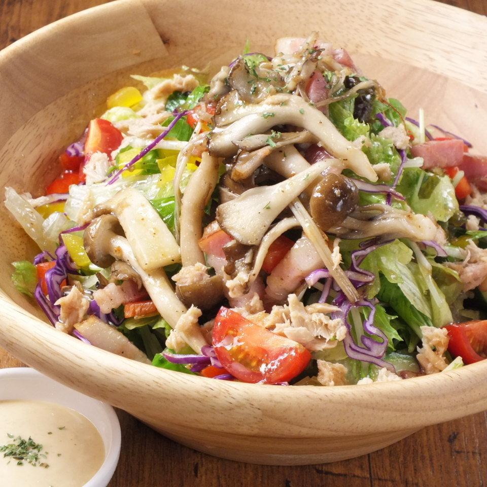 红色虾carpaccio /五颜六色的菜沙拉