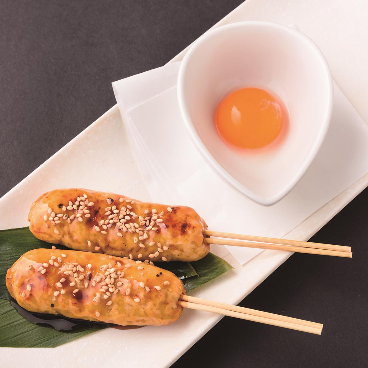 秘伝のタレで仕上げた軟骨入り鶏つくね~卵黄添え~ 2本