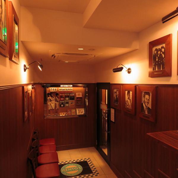 【六本木駅徒歩3分】六本木一丁目駅も徒歩圏内でアクセス抜群◎お集まりに便利な当店でド迫力のライブをお楽しみ下さい!古き良き時代のアメリカンダイナーを彷彿させる店内。柔らかな灯りが寛ぎの空間を演出します。