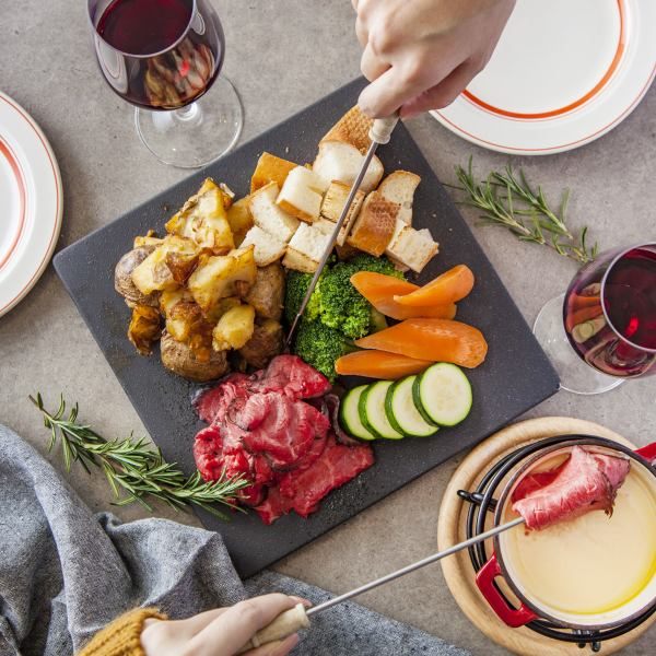 お肉とチーズの最強タッグ♪プレミアムローストビーフフォンデュ