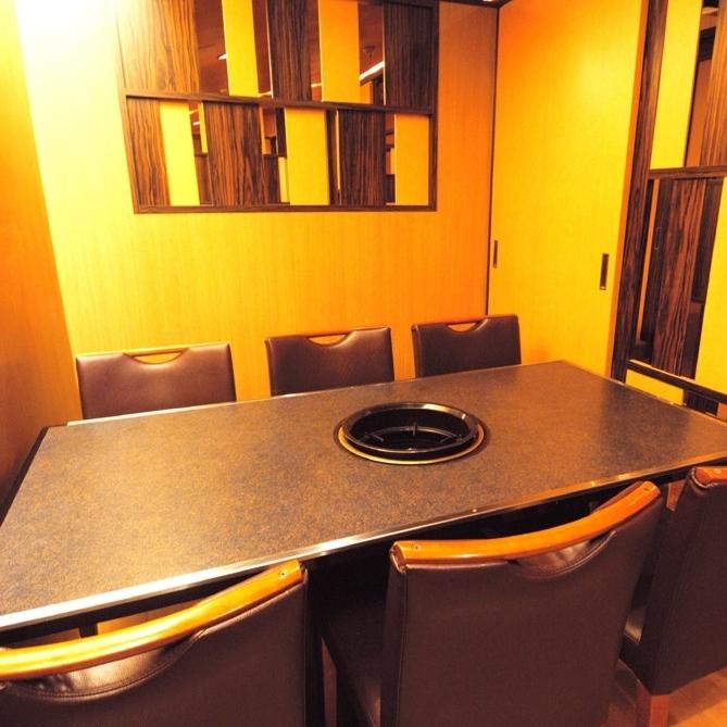 适合4至6人的桌子。