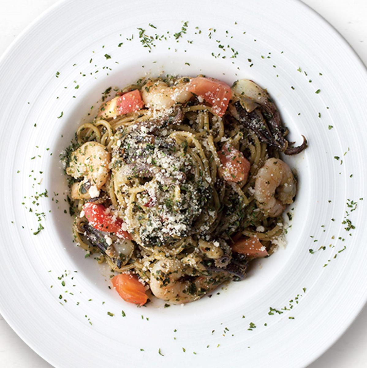 蝦和魷魚的羅勒意大利面