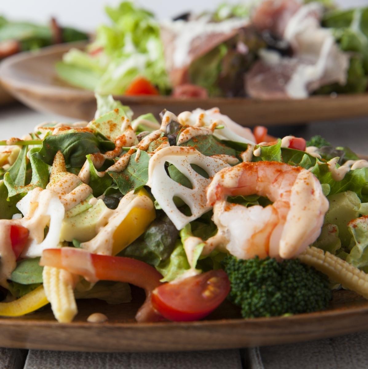 蝦和色的蔬菜Cobb沙拉