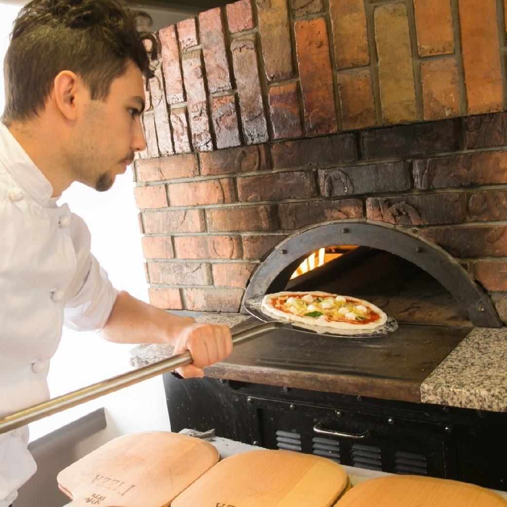 """在石鍋中烤製的手工製作的比薩餅是""""Buono!"""""""