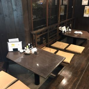 店内に入ってすぐの掘りごたつ式のテーブル席は2名~4名様でご利用頂けます。サクッと一杯に最適です。
