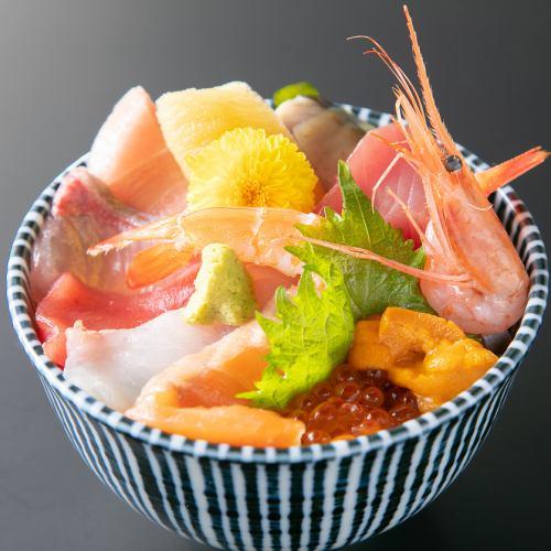 海の幸をふんだんに使用して作る特上海鮮丼は外せない!