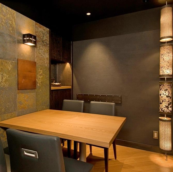 這是一間現代,豪華而溫馨的客房。它適合紀念日,生日,女孩社團等!