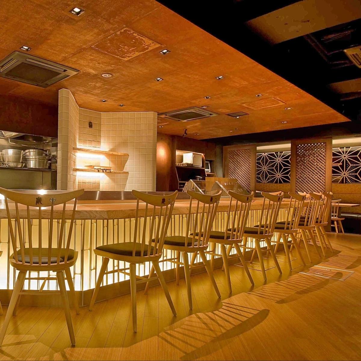 目の前で料理をご覧頂ける、ライブ感のあるお席。温かみのあるテーブルも魅力のひとつ☆
